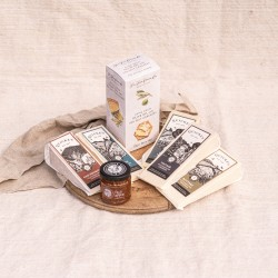 Quickes Favourites Cheddar Tasting Box With Crackers & Chutney