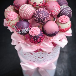 Valentine's Day Cake Pops Bouquet Gift