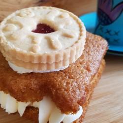 Box of Vegan Traycakes   Vanilla Cake and Jammie Dodger Biscuit (Box of 6)