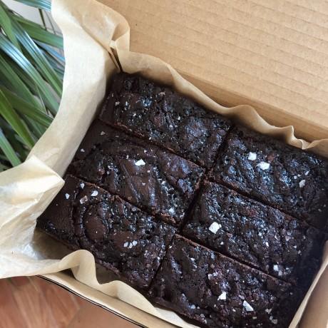 Salted date caramel brownies (GF, vegan, refined sugar free)
